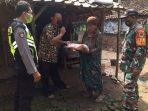 Wujudkan Kedekatan, Polri Bagikan Bantuan Kepada Warga Desa Loyang