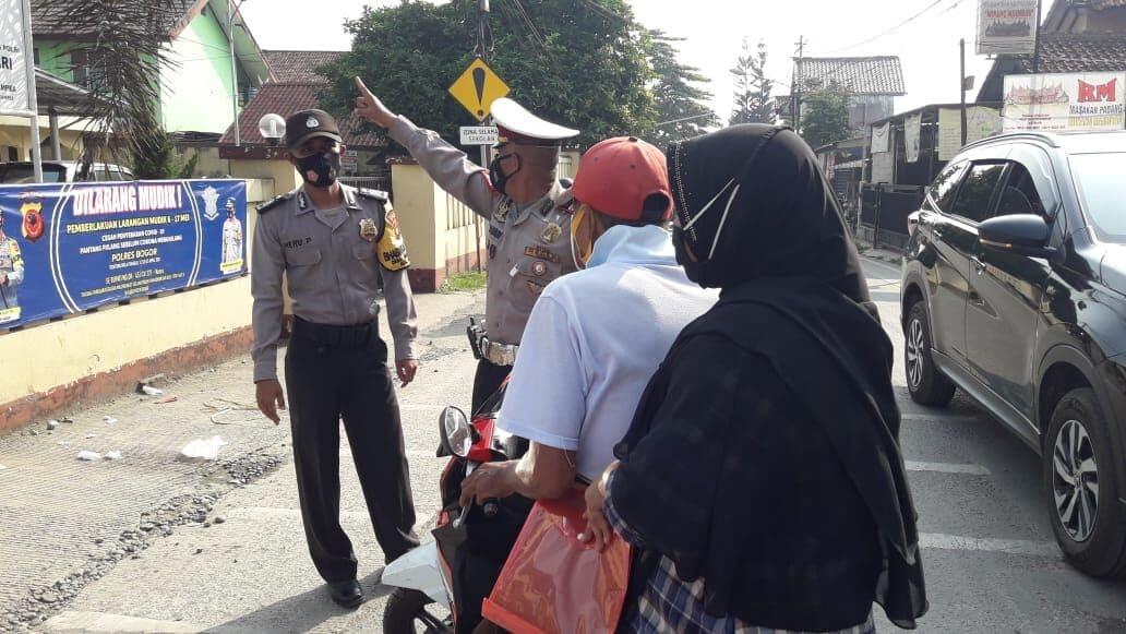 Pembagian Masker Polsek Ciampea Dalam Rangka Ops PPKM Menjelang Ops Ketupat Lodaya